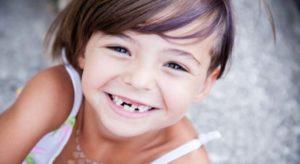 Lächelndes Kind mit Zahnlücke