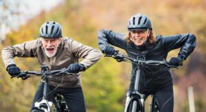 2 Senioren fahren Fahrrad